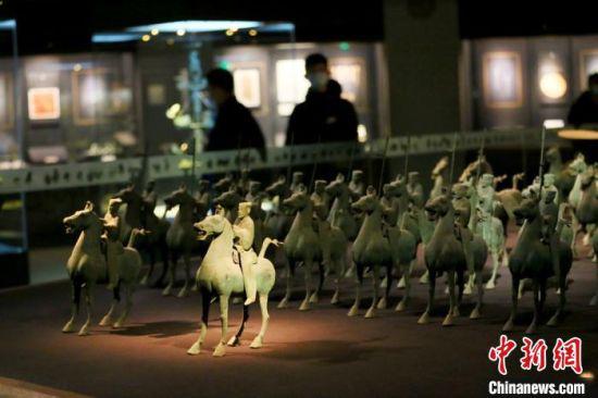 市民参观铜奔马及仪仗队。 高展 摄