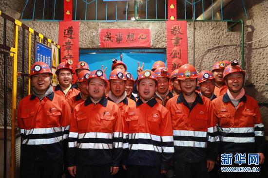 2月11日,金川集团三矿区采矿二工区的工人一起拍全家福。新华社记者 杜哲宇 摄