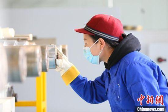轮轴装修工刘晓燕准备核对轮轴信息。 高展 摄