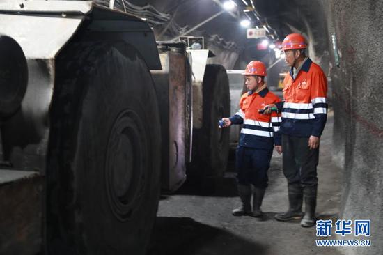 2月11日除夕,陈林(左)和师傅郭必云在工作中。新华社记者 杜哲宇 摄