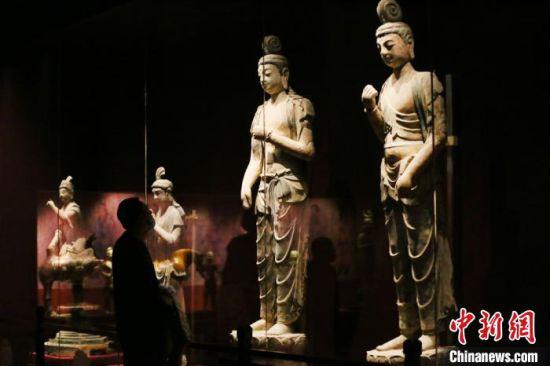 市民参观敦煌佛像。 高展 摄
