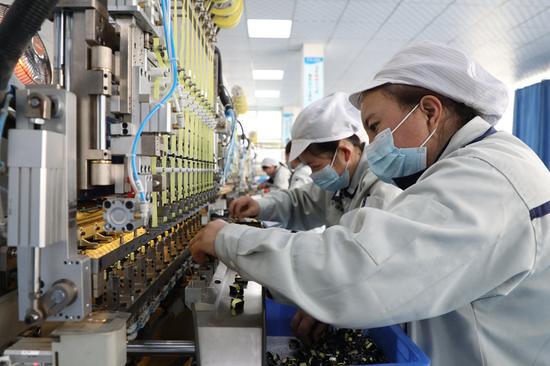 工人正在临夏科斯特电子有限公司内工作。新华社记者 张睿 摄