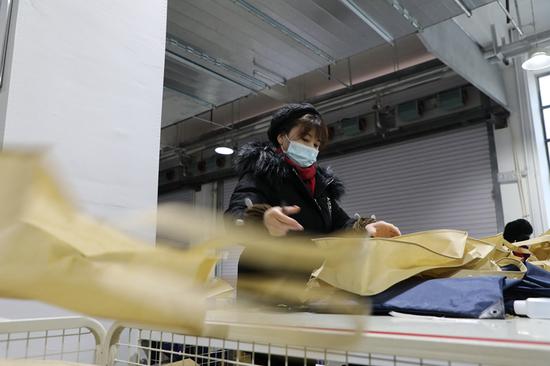 工人正在甘肃秋山医疗科技有限公司内进行包装分拣工作。新华社记者 张睿 摄
