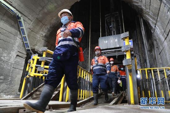 2月11日,金川集团三矿区采矿二工区的工人们走下罐笼。新华社记者 杜哲宇 摄