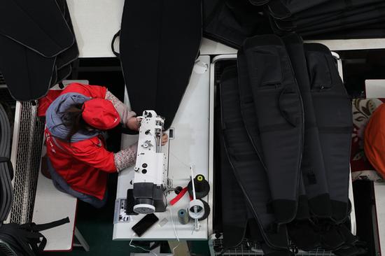 当地群众正在临夏州吉美包袋有限公司内工作。新华社记者 张睿 摄