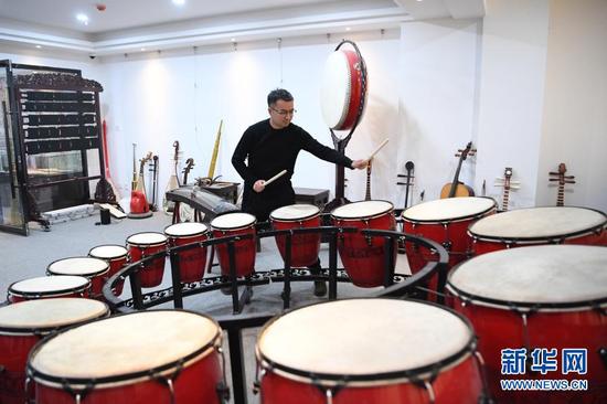 马成虎在演示复原的敦煌壁画乐器(1月14日摄)。新华社记者 陈斌 摄