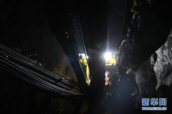 2月11日,金川集团三矿区采矿二工区工人驾驶凿岩台车作业。新华社记者 杜哲宇 摄