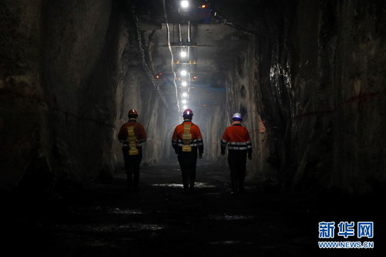 2月11日,金川集团三矿区采矿二工区的工人们在巡查线路。新华社记者 杜哲宇 摄