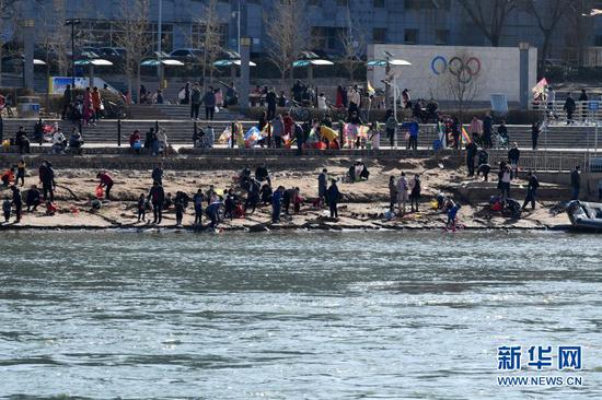 2月18日,市民在黄河兰州段河床边游玩。新华社记者 范培珅 摄