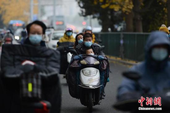 资料图:市民在雾霾中出行。中新社记者 田雨昊 摄
