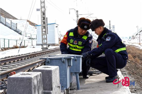 奎屯铁路公安处民警检查铁路设备安全。