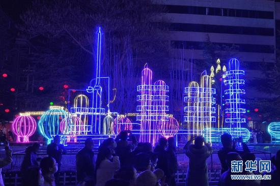 这是2月24日在兰州市西固区金城公园及周边拍摄的灯会现场。新华网发(宋向阳 摄)