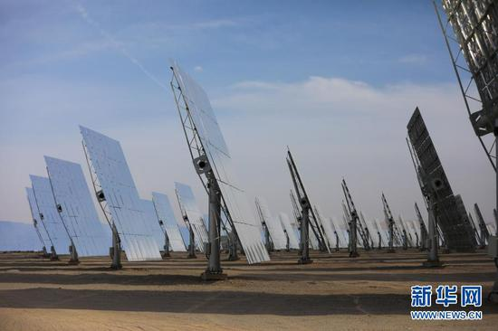 2月23日拍摄的敦煌100兆瓦熔盐塔式光热电站。新华社记者 马希平 摄