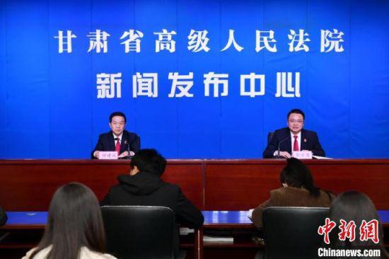 2月25日,甘肃省高级人民法院召开新闻发布会,通报2020年度甘肃十大典型案例。 张江山 摄