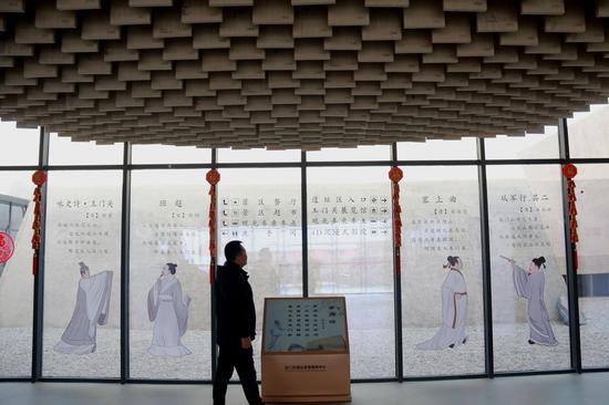 2021年2月23日,游客在敦煌市玉门关游客服务中心参观诗词文化墙。
