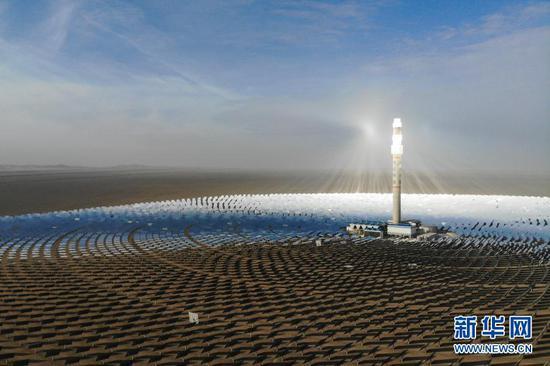 2月24日拍摄的敦煌100兆瓦熔盐塔式光热电站(无人机照片)。新华社记者 马希平 摄