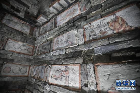 这是2月25日在嘉峪关新城魏晋墓群六号墓拍摄的墓室壁画,反映男墓主人家的生活宴饮场景。新华社记者 马希平 摄