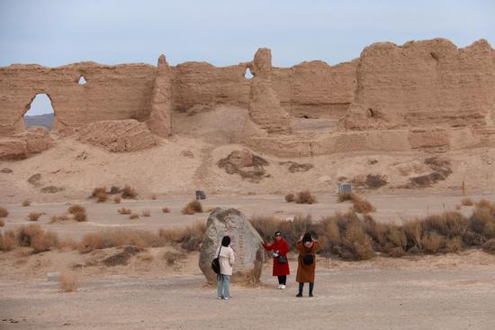 2021年2月23日,游客在敦煌市大方盘城遗址参观。