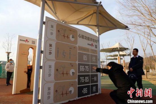 图为当地公园修建的心脏功能评估墙、穿体墙等智慧体育设施。 魏建军 摄