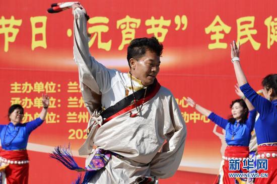 2月26日,健身群众进行全民健身项目展示。新华社记者 范培珅 摄