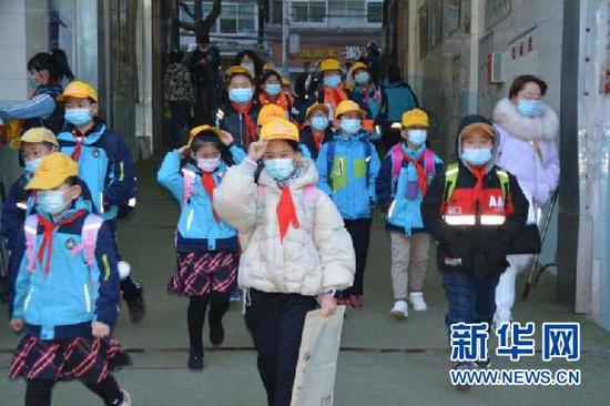 安西路小学的学生们迎来开学第一课。新华网发(关郁凡 摄)
