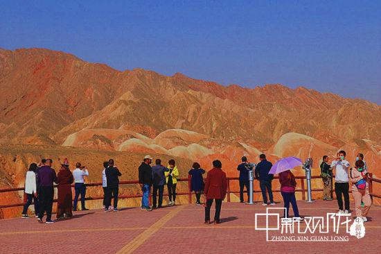 节日期间,游客在张掖世界地质公园七彩丹霞景区有序参观。