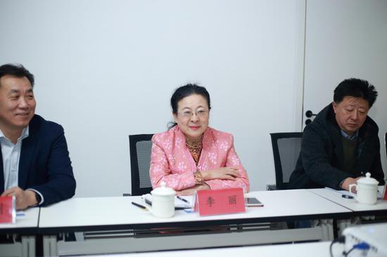 (酒泉市委常委、宣传部部长李丽在座谈会上交流发言)