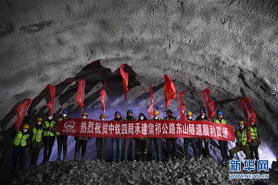3月2日,中铁四局的施工人员庆祝国道213线东山隧道贯通。新华社记者 陈斌 摄
