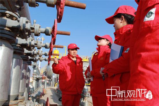 长庆油田采油十一厂镇二联中心站的干部员工开展安全培训。
