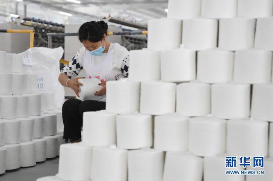 3月3日,在东乡族自治县方大丽明纺织有限公司扶贫车间,工人检验涤纶缝纫线产品。新华社记者 范培珅 摄