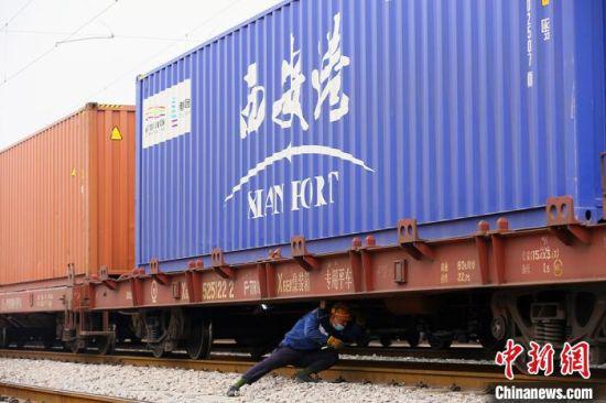 3月初,铁路检车员用检点锤敲击列车零件部位进行检查。 高展 摄
