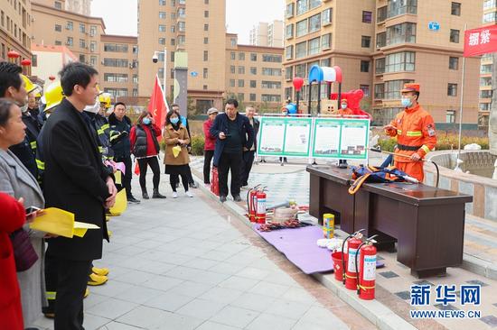 3月4日,甘肃省森林消防总队平凉支队的指战员们为市民普及消防安全常识和消防法律法规。新华网发 (张广魁 摄)