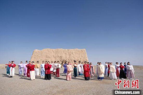 数十位身着古装的女性通过体验赏汉舞、习汉礼、吟诵诗词等中华传统文化,再现古丝绸之路的繁华盛景。 邱亮 摄