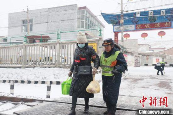 图为汪冬梅帮助当地村民出行。 王光辉 摄