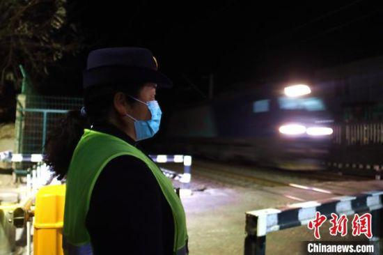 道口女工汪冬梅值守在位于兰新铁路K24+154公里处的四号道口。 王光辉 摄