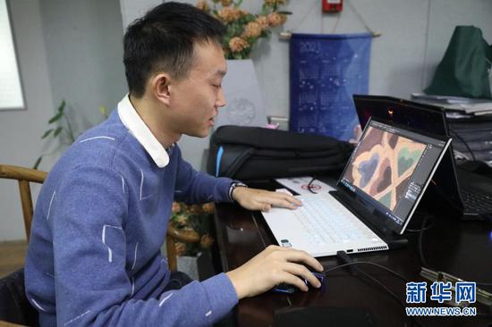 3月9日,在兰州交通大学染缬艺术研究所,工作人员在设计染缬布艺图案。新华社记者 马希平 摄