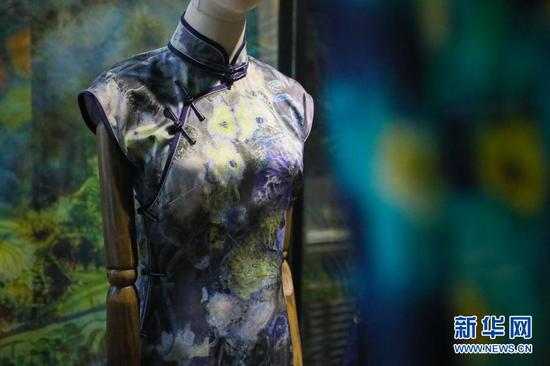 这是3月9日在兰州交通大学染缬艺术研究所拍摄的染缬工艺旗袍。新华社记者 马希平 摄
