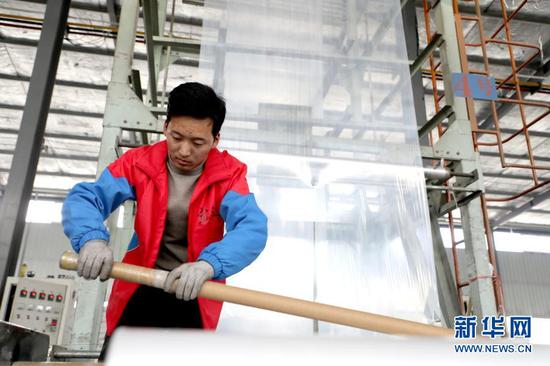 在甘肃省张掖市临泽县一家地膜生产企业,工人在生产地膜(3月10日摄)。新华社记者 张智敏 摄