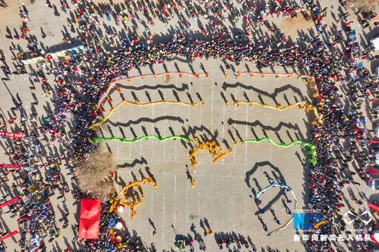 3月14日,甘肃省张掖市民乐县现代丝路田园综合体中心广场举行的舞龙表演。新华网发(成林 摄)