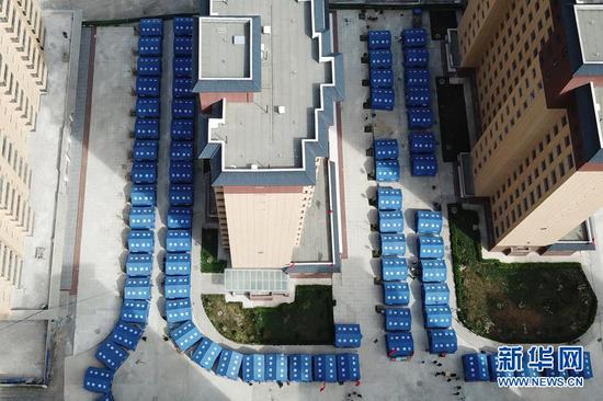 这是3月16日在舟曲县果耶镇磨里村、果耶村滑坡灾害应急避险临时安置点拍摄的安置受灾群众的救灾帐篷(无人机照片)。新华社记者 范培珅 摄