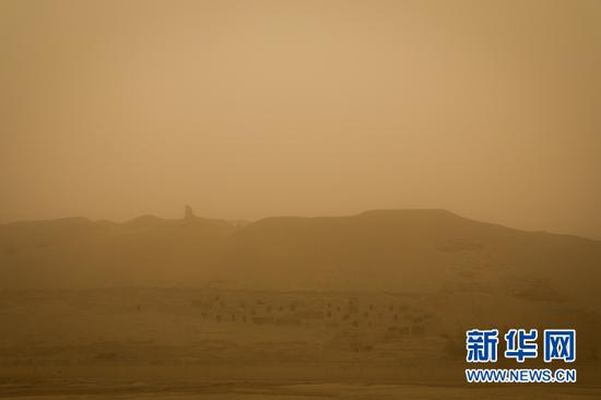 15日,黄沙弥漫的莫高窟北区。王嘉奇 摄