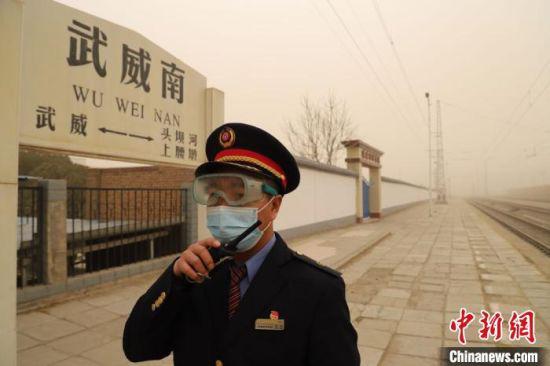 图为中国铁路兰州局集团工作人员加强引导防护,确保旅客安全出行。 牛小弟 摄