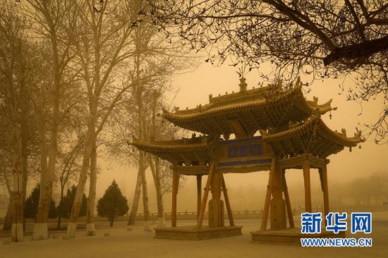 15日,风沙中的莫高窟大牌坊。王嘉奇 摄
