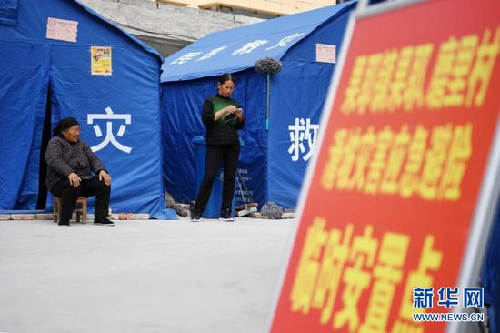 3月16日,在舟曲县果耶镇磨里村、果耶村滑坡灾害应急避险临时安置点,受灾群众在帐篷外休息。新华社记者 范培珅 摄