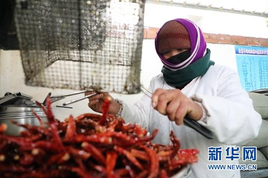 甘肃省甘南藏族自治州夏河县辣椒酱扶贫车间的工人正在制作辣椒酱。新华社记者张睿 摄