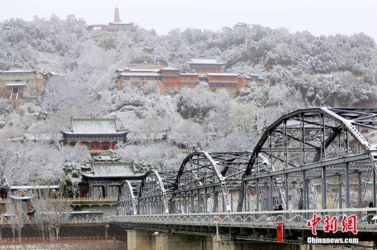 图为兰州中山桥雪景。 中新社记者 高展 摄