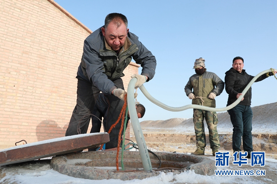 3月20日,顾正礼(左一)和同事在一处供水点安置水泵。新华社记者 杜哲宇 摄