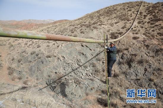 3月20日,顾正礼在检修管道。新华社记者 杜哲宇 摄