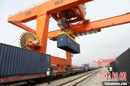 """3月20日,甘肃2021年首趟""""中亚班列""""开行。图为该班列装载货物。 高志瑛 摄"""