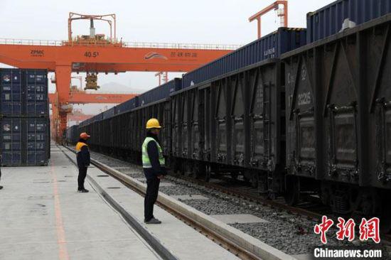 """3月20日,甘肃2021年首趟""""中亚班列""""开行。图为准备待发的该班列。 王富泽 摄"""